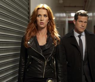 Poppy Montgomery e Dylan Walsh in uno scatto sul set di Unforgettable