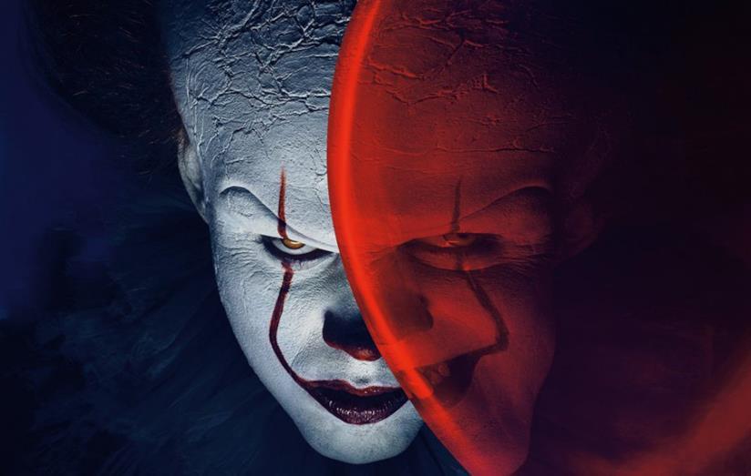 Il clown Pennywise, protagonista di IT con il suo iconico palloncino rosso
