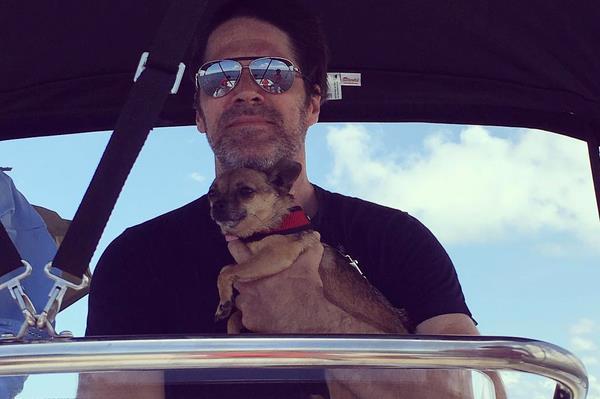 Thomas Gibson con il suo cagnolino Hazel