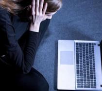Giovane depressa davanti a un portatile