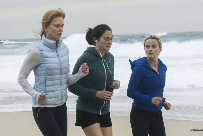 Celeste, Jane e Madeline corrono in riva al mare alle prime luci del mattino