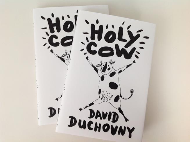 """Due copie del libro di David Duchovny """"Holy Cow"""" che in italiano si intitolerà """"Porca Vacca"""""""