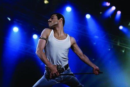 Rami Malek impersona Freddie Mercury in una scena del film