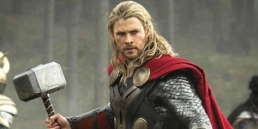 Chris Hemsworth con il martello nel film Thor