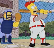 Homer Simpson mentre gioca a baseball