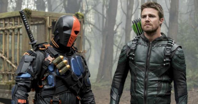 Manu Bennett e Stephen Amell sul set di Arrow, quinta stagione