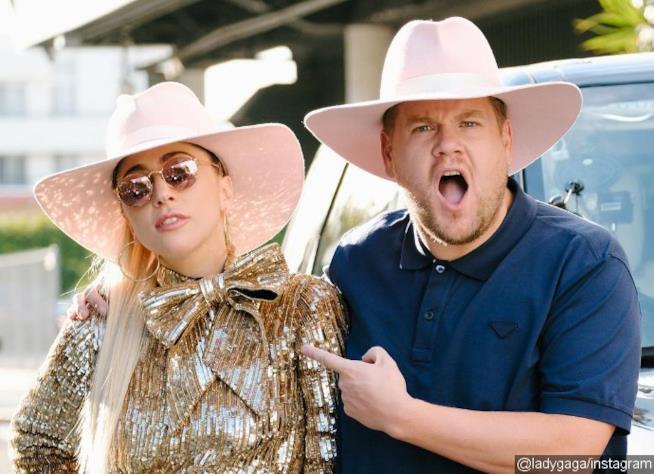 Lady Gaga e James Corden prima di salire in auto al Carpool Karaoke