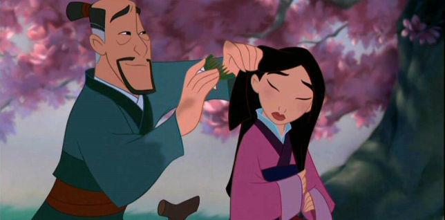 Il padre di Mulan le ferma i capelli nel film