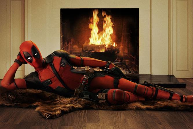 Deadpool sdraiato davanti al fuoco