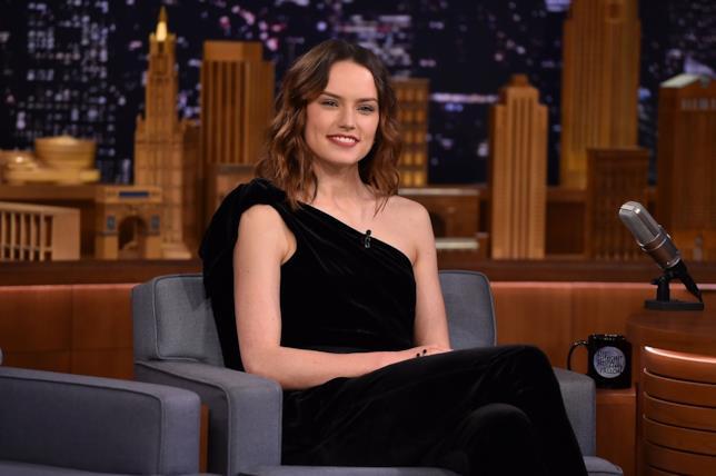 Daisy Ridley in abito scuro pronta a partecipare a un talk show