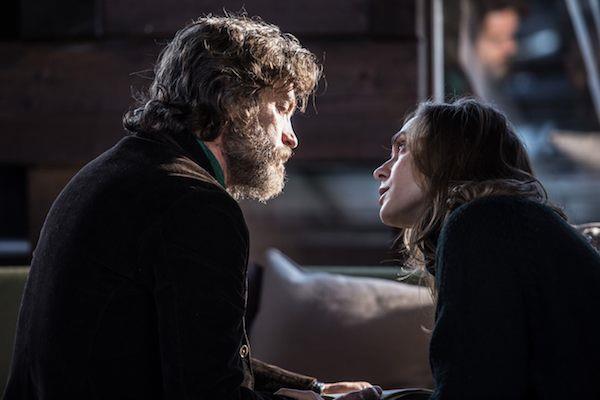 Il prof Martini parla con la moglie in La Ragazza nella nebbia