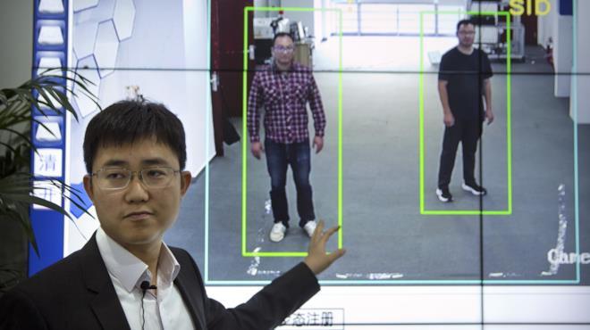Il sistema di riconoscimento cinese in base all'andatura e alla silhouette in azione
