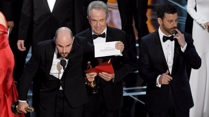 Il produttore di La La Land, Jordan Horowitz, annuncia la vittoria di Moonlight