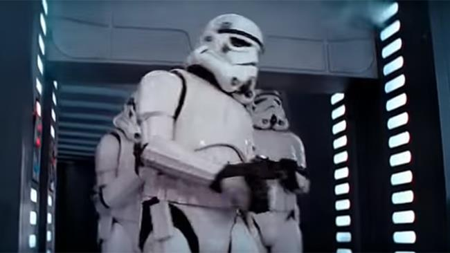 """Lo """"Stormtrooper maldestro"""" di Star Wars (a destra) immortalato nel momento in cui batte la testa"""