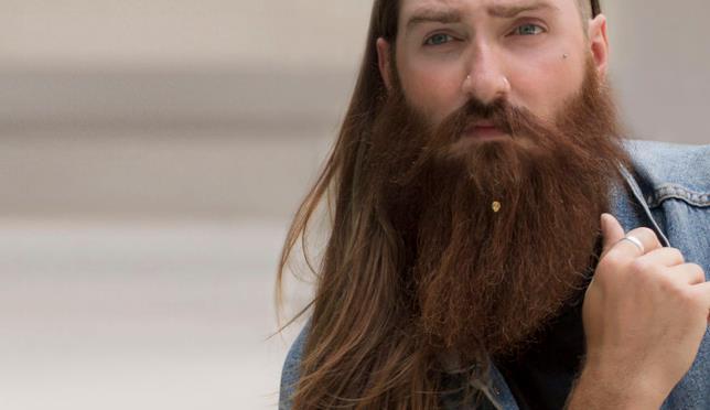 Uomo con la barba e un gioiello Krato
