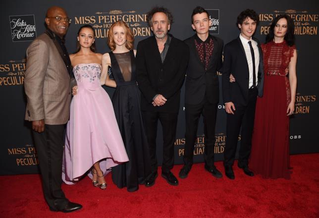 Tim Burton e i suoi attori posano sul red carpet alla premiere del film