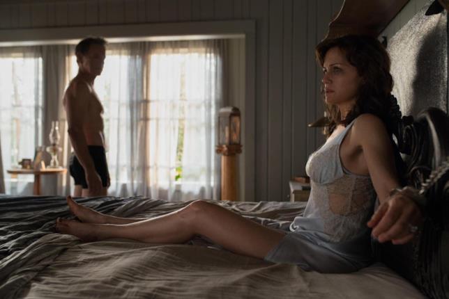 Una scena de Il Gioco di Gerald con Jessie ammanettata