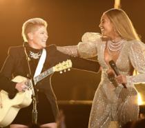 Beyoncé sul palco dei CMA con Dixie Chicks