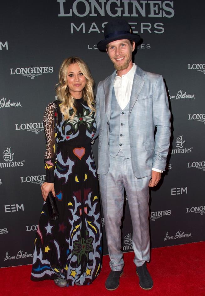 Kaley Cuoco con il fidanzato Karl Cook sul red carpet del Longines Masters Los Angeles Gala