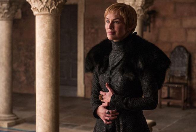 Lena Headey in un gesto di protezione di Cersei Lannister verso il suo bambino