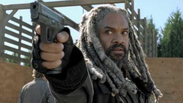 Re Ezekiel punta la sua pistola contro il nemico