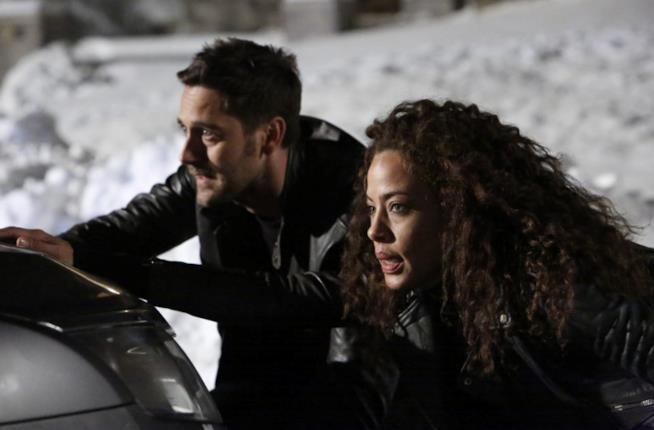 Tom e Nez in una scena di The Blacklist: Redemption 1x03