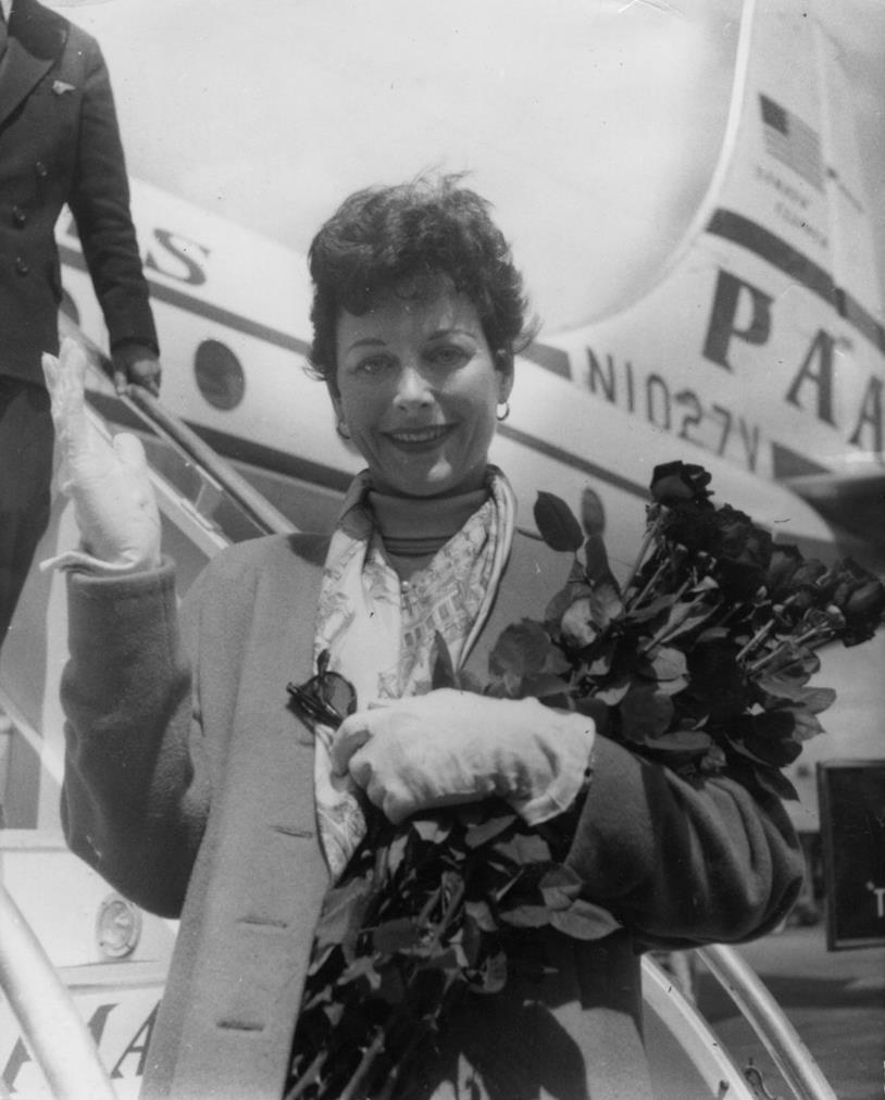 La diva Hedy Lamarr scende da un aereo appena atterrato