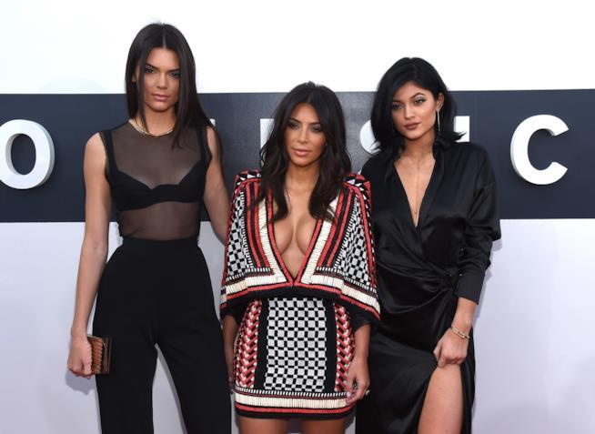 Kendall Jenner in compagnia delle sorelle Kim Kardashian (anche lei scomparsa dai social!) e Kylie Jenner