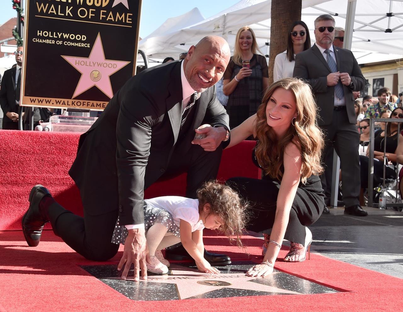 The Rock con compagna e figlia tocca la stella sulla Walk of Fame