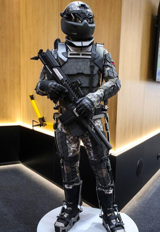 La suit in stile Robocop indossata da un tester