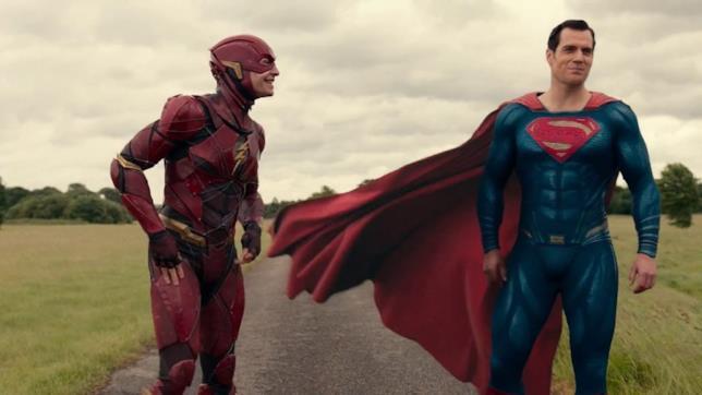 Ezra Miller e Henry Cavill nei costumi di Flash e Superman, in una strada di campagna