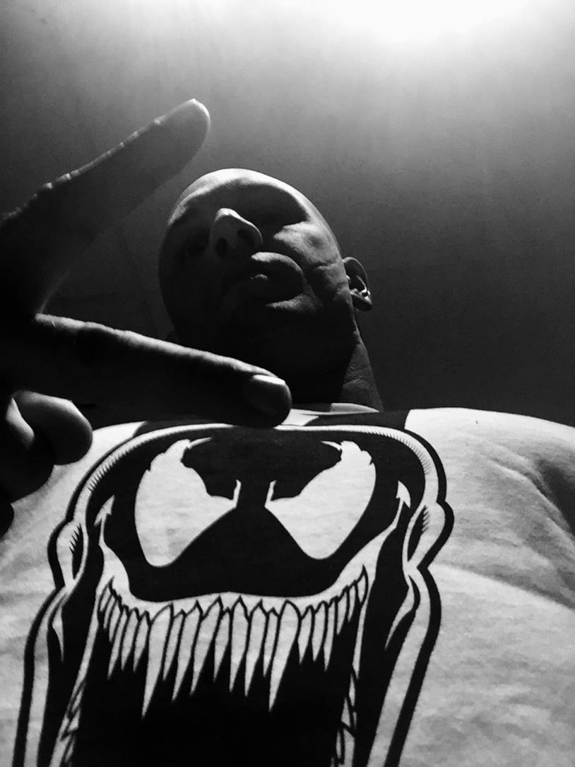 Tom Hardy pubblica uno scatto in cui indossa la t-shirt di Venom