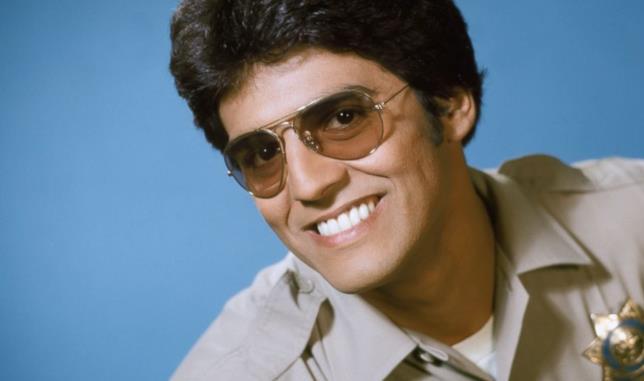 Un primo piano di Erik Estrada nella serie anni '80