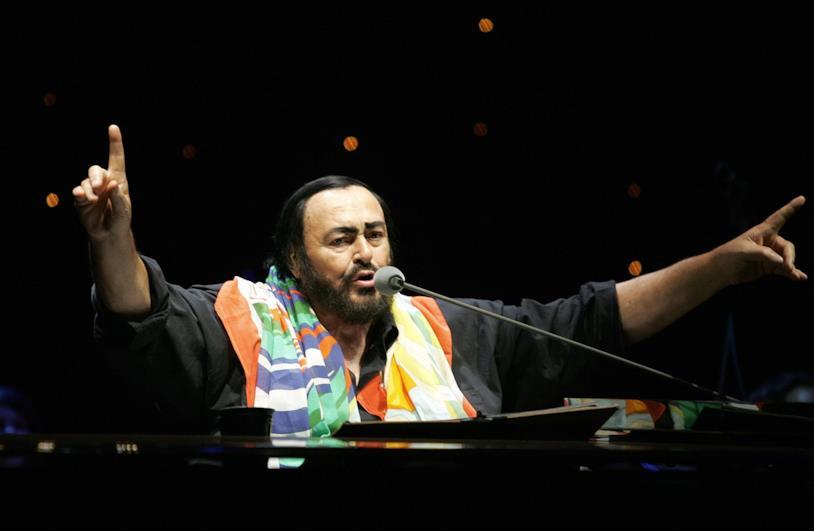 Il cantante Pavarotti durante una delle sue numerosissime eisbizioni