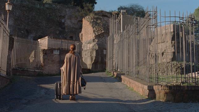 Julianne Moore di spalle in una scena del cortometraggio The Staggering Girl