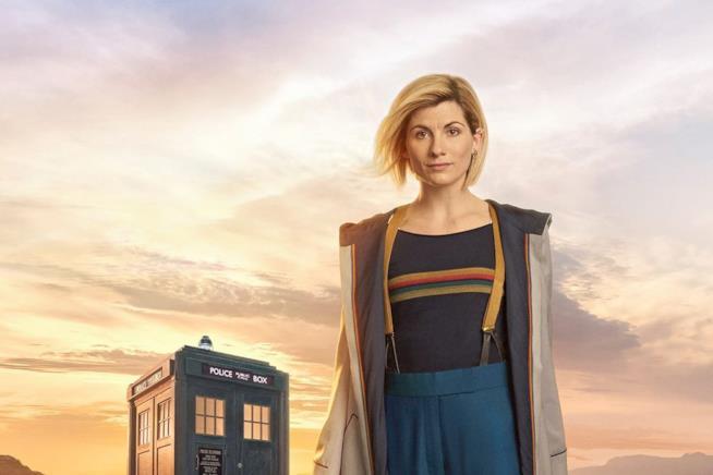 Jodie Whittaker nei panni del Dottore assieme al TARDIS