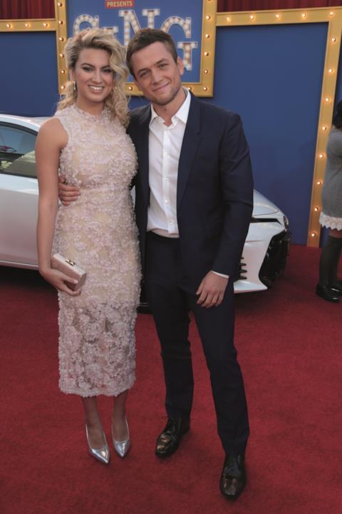Gli attori Tori Kelly e Taron Egerton posano per i fotografi all'anteprima americana di Sing