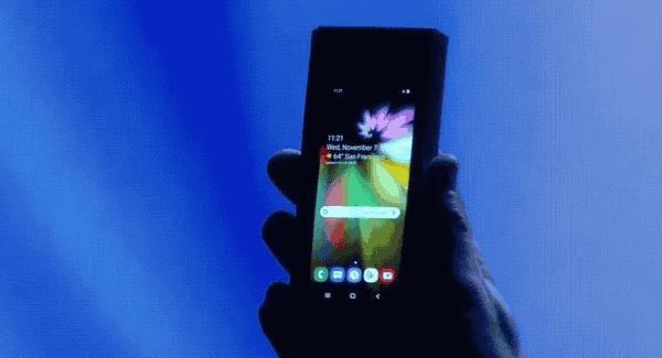 """Una GIF mostra la """"trasformazione"""" da smartphone a tablet del dispositivo pieghevole presentato da Samsung"""