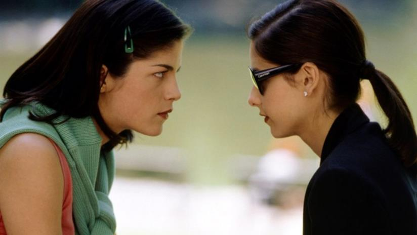 Sarah Michelle Gellar e Selma Blair si guardano in una scena di Cruel Intentions