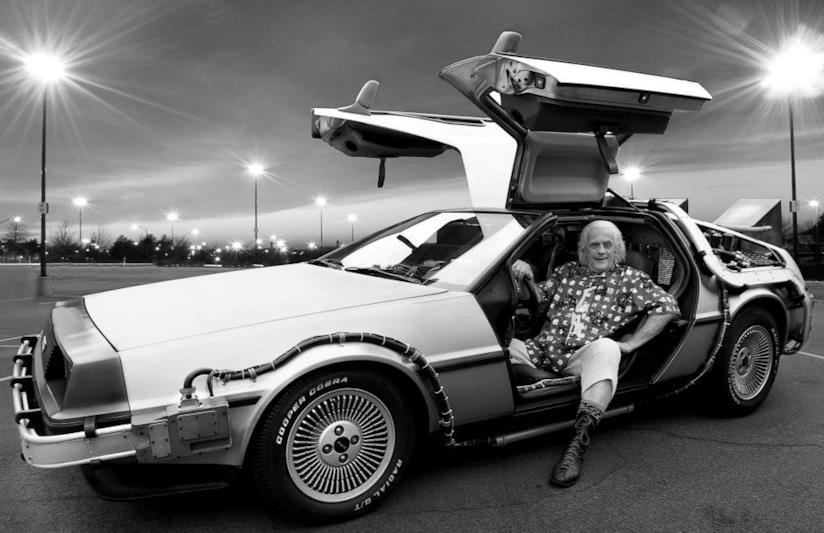 Christopher Lloyd a bordo della mitica DeLorean
