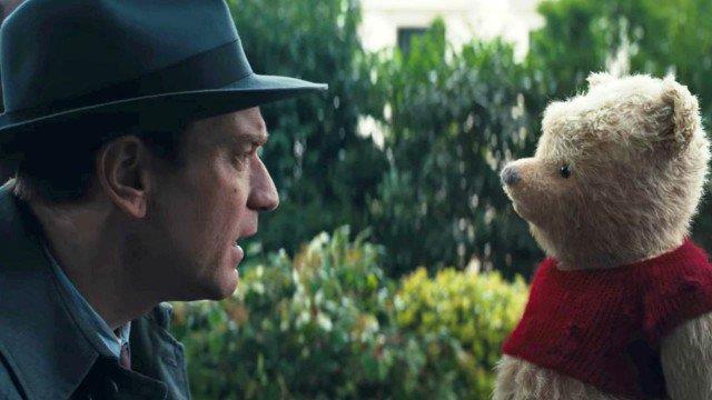 Ewan McGregor e l'orsetto Winnie the Pooh in una scena di Ritorno al Bosco dei 100 Acri