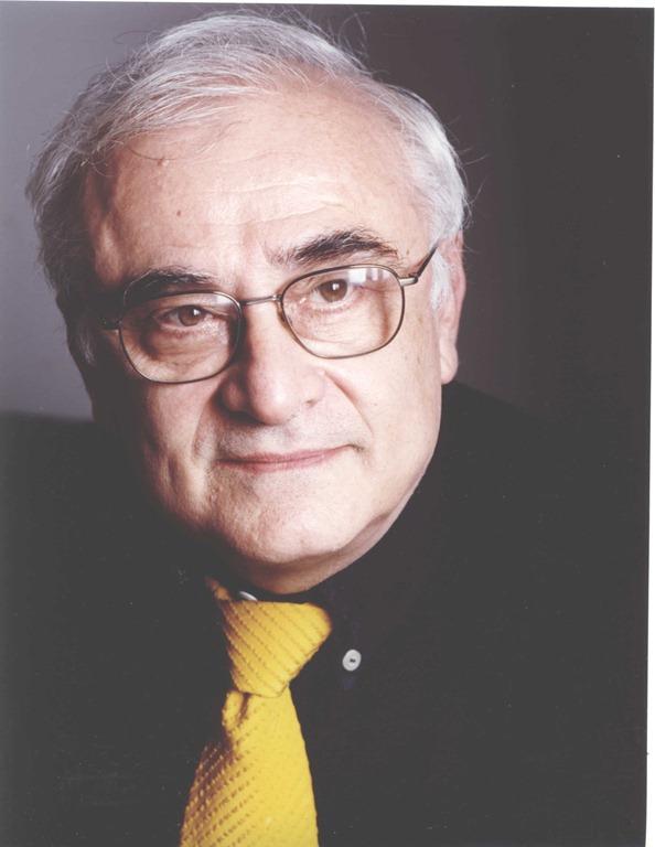 Primo piano di Max Bunker, in camicia nera e cravatta gialla