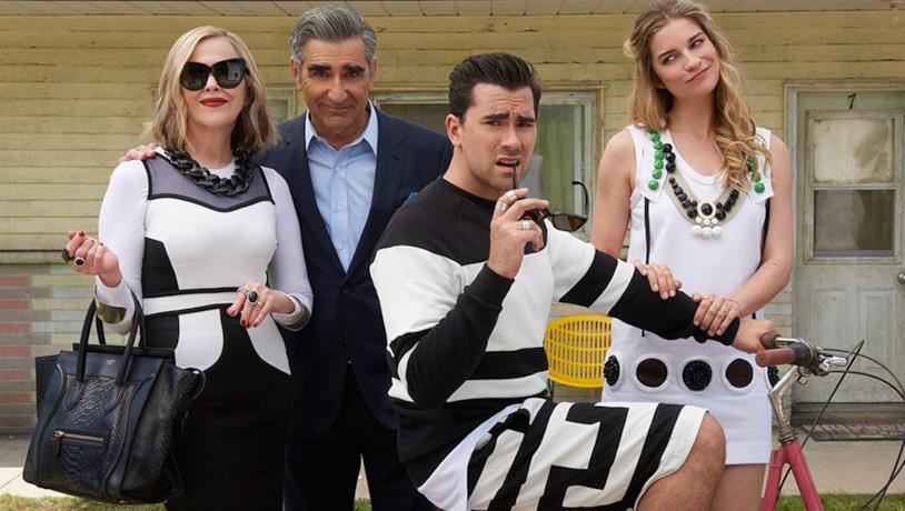 Cast dello show al completo, sullo sfondo di una casa