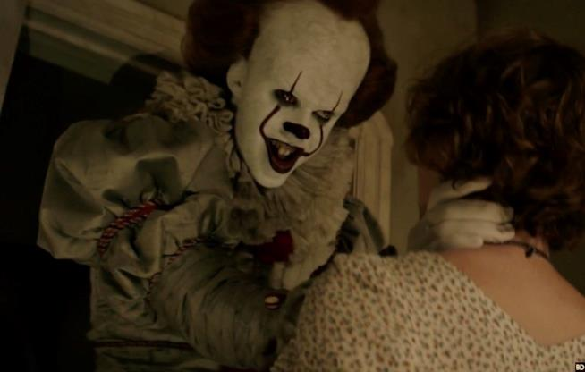 Pennywise spaventa Bev nel film di IT