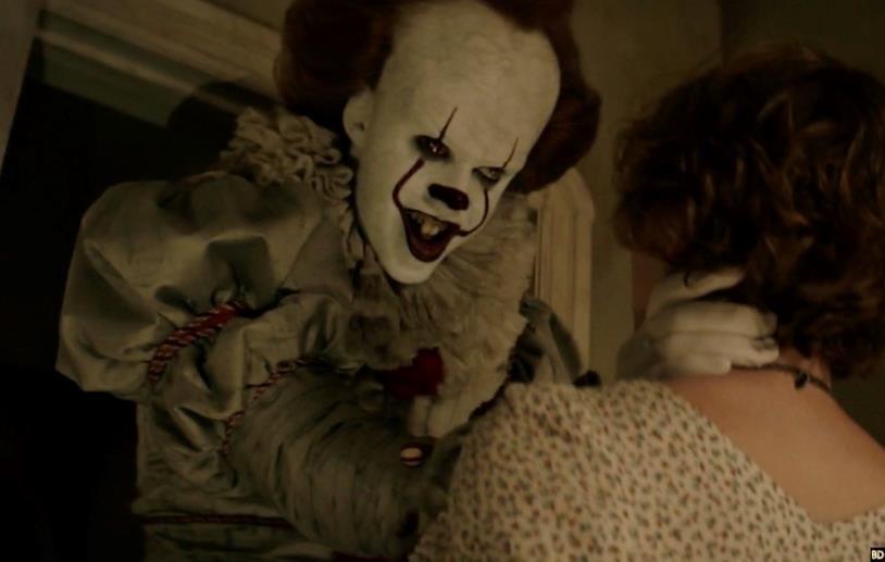 Pennywise spaventa Bev nel film di IT