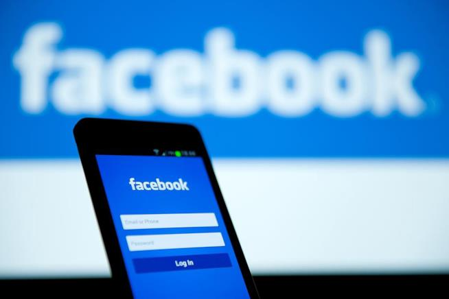 La schermata di login a Facebook su uno smartphone