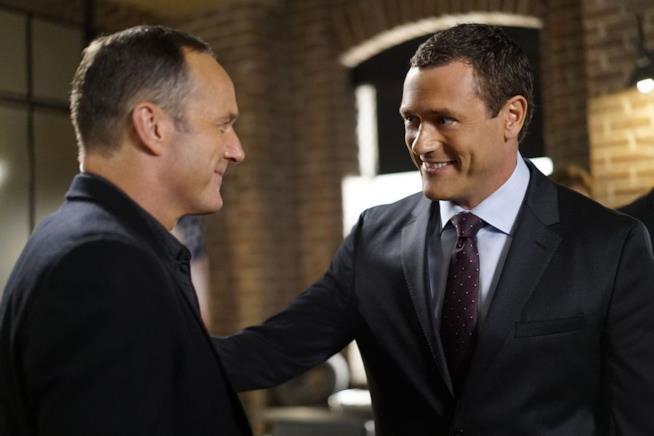 Jeffrey e Coulson in un'immagine tratta da Marvel's Agents of S.H.I.E.L.D.