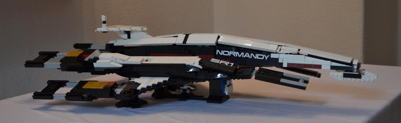 Il modellino LEGO della Normandy visto di lato