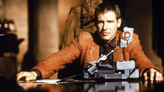 Harrison Ford si accinge al test Voight-Kampff in una scena di Blade Runner