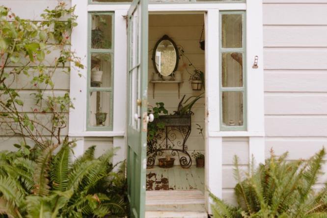 La porta d'ingresso dell'Historic Albion Cottage